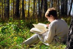 Adolescente de la lectura Foto de archivo libre de regalías