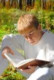 Adolescente de la lectura Imágenes de archivo libres de regalías