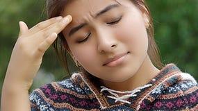 Adolescente de la minoría con dolor de cabeza Imagenes de archivo