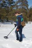Adolescente de la muchacha con el detector de metales en el bosque Imagen de archivo libre de regalías