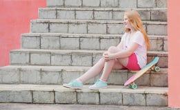 Adolescente de la muchacha con el monopatín Foto de archivo libre de regalías