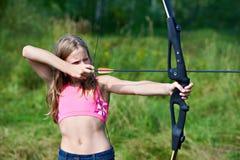 Adolescente de la muchacha con el nock y los objetivos del arco Fotos de archivo