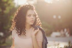 Adolescente de la muchacha con el pelo rizado Imagenes de archivo