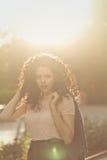 Adolescente de la muchacha con el pelo rizado Imagen de archivo libre de regalías