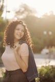 Adolescente de la muchacha con el pelo rizado Imagen de archivo