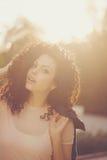 Adolescente de la muchacha con el pelo rizado Imágenes de archivo libres de regalías