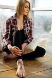 Adolescente de la muchacha con el tatuaje que se sienta en el balcón y el sueño Fotografía de archivo libre de regalías