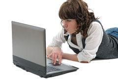 Adolescente de la muchacha con la computadora portátil Imagenes de archivo