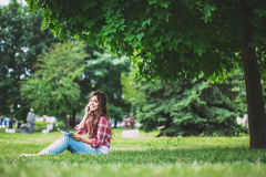 Adolescente de la muchacha con los artilugios al aire libre Imagen de archivo