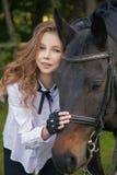 Adolescente de la muchacha con un caballo Fotos de archivo