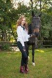 Adolescente de la muchacha con un caballo Imagen de archivo