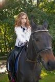 Adolescente de la muchacha con un caballo Foto de archivo libre de regalías