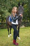 Adolescente de la muchacha con un caballo Imagen de archivo libre de regalías