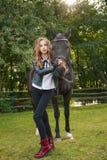 Adolescente de la muchacha con un caballo Fotografía de archivo