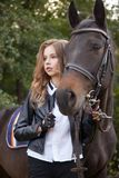 Adolescente de la muchacha con un caballo Fotografía de archivo libre de regalías