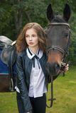 Adolescente de la muchacha con un caballo Imagenes de archivo