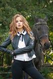 Adolescente de la muchacha con un caballo Imágenes de archivo libres de regalías