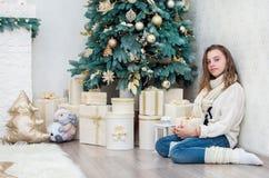 Adolescente de la muchacha con un regalo en sus manos Foto de archivo libre de regalías