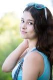 Adolescente de la muchacha dado vuelta mirada sobre hombro Imagenes de archivo