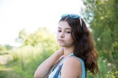 Adolescente de la muchacha dado vuelta mirada sobre hombro Fotografía de archivo
