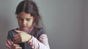 Adolescente de la muchacha en auriculares con su forma de vida interior del smartphone Imágenes de archivo libres de regalías