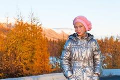 Adolescente de la muchacha en de la plata chaqueta abajo en tundra del otoño Fotos de archivo libres de regalías