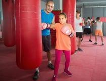 Adolescente de la muchacha en el entrenamiento del boxeo en el saco de arena Fotografía de archivo