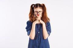 Adolescente de la muchacha en el fondo blanco con los vidrios, emociones Foto de archivo libre de regalías