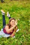 Adolescente de la muchacha en el parque Fotos de archivo libres de regalías