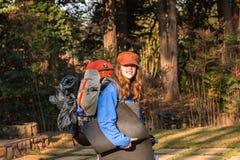 Adolescente de la muchacha que camina el engranaje Imagen de archivo