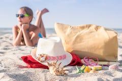 Adolescente de la muchacha que descansa sobre la playa Foto de archivo