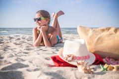 Adolescente de la muchacha que descansa sobre la playa Fotos de archivo libres de regalías