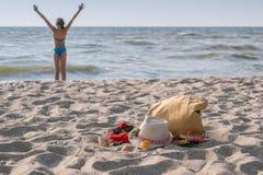 Adolescente de la muchacha que descansa sobre la playa Imagen de archivo libre de regalías