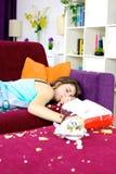 Adolescente de la muchacha que duerme en el sofá en casa Foto de archivo libre de regalías