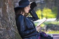 Adolescente de la muchacha que estudia en el parque Fotos de archivo