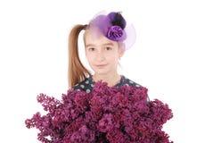 Adolescente de la muchacha que se coloca con la lila en manos Imagen de archivo libre de regalías