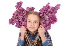 Adolescente de la muchacha que se coloca con la lila en manos Fotos de archivo libres de regalías
