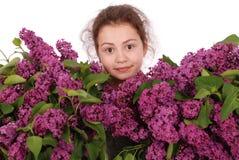 Adolescente de la muchacha que se coloca con la lila en manos Fotografía de archivo