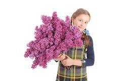 Adolescente de la muchacha que se coloca con la lila en manos Fotos de archivo
