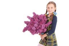 Adolescente de la muchacha que se coloca con la lila en manos Foto de archivo