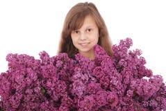 Adolescente de la muchacha que se coloca con la lila en manos Imágenes de archivo libres de regalías