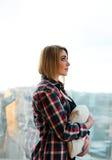 Adolescente de la muchacha que se coloca en el balcón con una almohada Imágenes de archivo libres de regalías