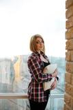 Adolescente de la muchacha que se coloca en el balcón con una almohada Imagenes de archivo