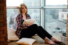 Adolescente de la muchacha que se sienta en el balcón y el sueño Fotos de archivo libres de regalías