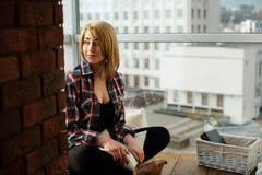 Adolescente de la muchacha que se sienta en el balcón y el sueño Foto de archivo libre de regalías