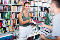 Adolescente de la muchacha que toma el nuevo libro Fotografía de archivo
