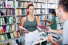 Adolescente de la muchacha que toma el nuevo libro Fotografía de archivo libre de regalías