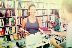 Adolescente de la muchacha que toma el nuevo libro Fotos de archivo