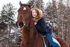 Adolescente de la muchacha y caballo grande en un invierno Imagen de archivo libre de regalías