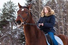 Adolescente de la muchacha y caballo grande en un invierno Fotografía de archivo libre de regalías